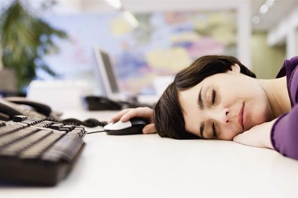 donna-ufficio-dorme_600x398